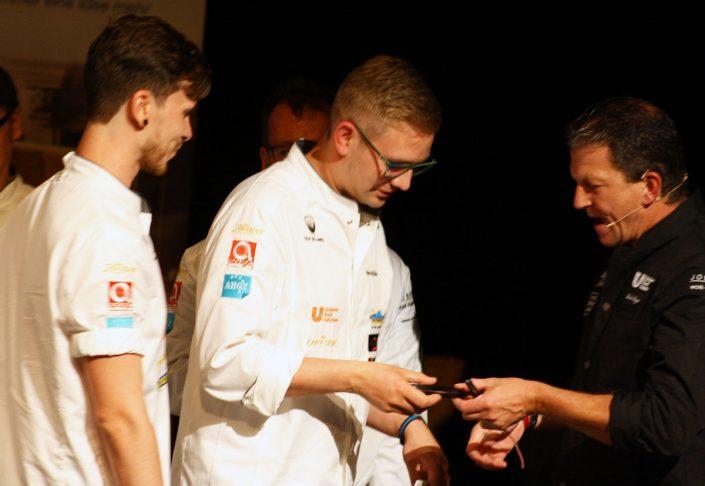1. Platz, Marvin Böhm und sein Koch-Assistent erhalten die Auszeichnung von Dirk Rogge (Unilever)