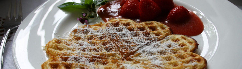 Waffeln mit Frucht, Erdbeerragout auf Rhabarberspiegel, garniert mit Minze