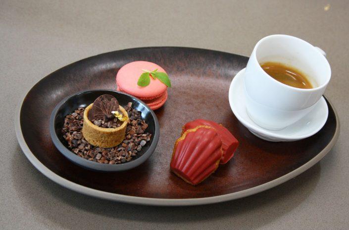Café Gourmand von Felix Vogel, Biskuit mit Ganache, Macaron mit Erbeerschokocreme, Madelaine mit Fruchtschokolade, Espresso, Foto Birgit Puck