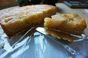 Gestürzter Apfelkuchen, saftig mit Knuspereffekt