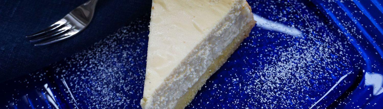 Käsekuchen auf blauem Dessertteller