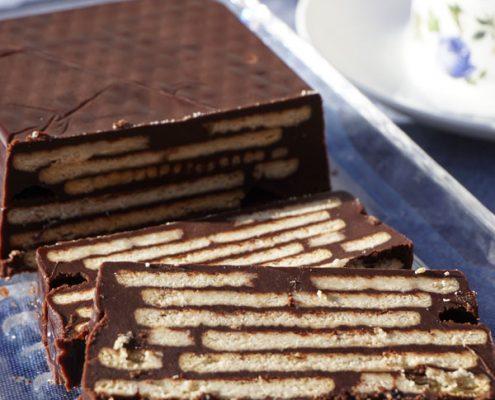 Kalter Hund wird ohne Backen in der Kastenform aus Schokolade, Kuvertüre und Butterkeksen hergestellt