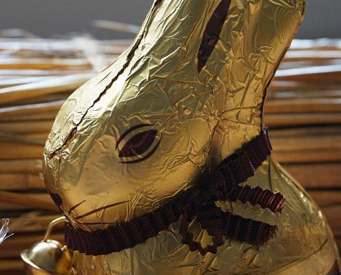Osterhase aus Schokolade in Staniolpapier - der traditionelle Schokohase von Lindt, seit einigen Jahren in Zartbitter