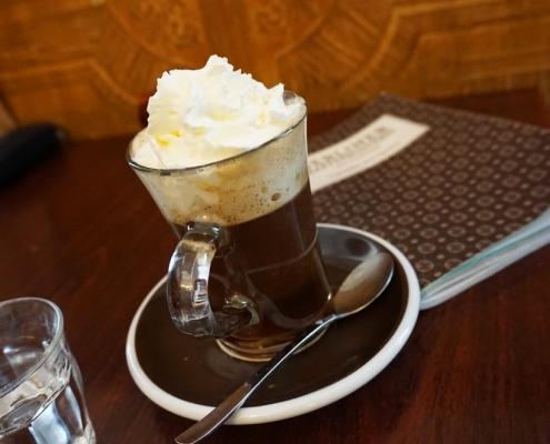 Einspänner in der Berliner Kaffeerösterei, serviert in Henkelbecher aus Glas