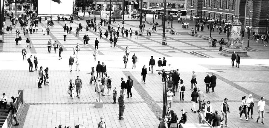 Schwarzweiß-Fotografie: geschäftiges Treiben auf dem Rathausmarkt in Hamburg