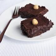 zuckerfrei, quadratischer Kuchen mit Haselnuss, Brownies