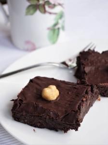 zuckerfrei, Brownies mit Honig ohne Backen gemacht, ganz ohne Zucker sind sie nicht, sie bekamen einen Schokoladenguss, mittig eien Piomenteser Haselnuss
