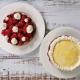 zwei kleine runde Erdbeertorten, eine mit frischen Früchten und Sahnetupfern, die andere mit Eierlikör und Sahnerand