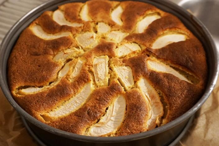 gerade frisch gebacken aus dem Ofen: Kuchen mit Kürbis und Apfelspalten in der Springform