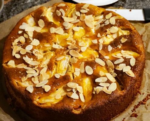 Kürbiskuchen mit Mandelblättchen, versunkenen Apfelspalten und gerösteten Mandelblättchen