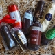 Acht verschiedene Marzipanbrote auf Holzwolle für den Test: Welches ist das beste Marzipanbrot