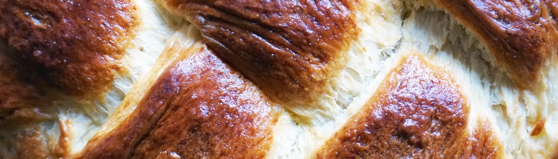 Kruste vom frisch gebackenen Hefezopf