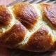 Hefezopf auch als Strietzel bekanntes Weißbrot, goldbraun gebackener Hefezopf nach einem einfachen Rezept vom Schokopuck