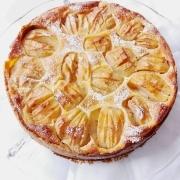 Elsässer Apfelkuchen, in der Springform gebacken aus einem Mürbteigboden, einer Schicht Äpfel, in großen Stücken belassen und einem Guss aus Eiern, Sahne und Zucker