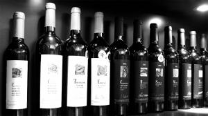 Weinhändler, Schwarzweißfoto mit Weinflaschen zur Geschichte Der kleine Weinhändler
