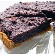Heidelbeer Kuchen, aus einer Torte mit Mürbteig herausgeschnittenen Tortenstück, vegan gebacken ohne Zucker