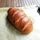 Laib Brot mit Sauerteig, frisch gebacken auf dem Backblech
